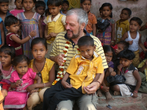 Pater Alfons mit Kindern in Taluka Foto Anto Thomas Indien 500x375