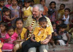 Pater_Alfons_mit_Kindern_in_Taluka_Foto_Anto_Thomas_Indien